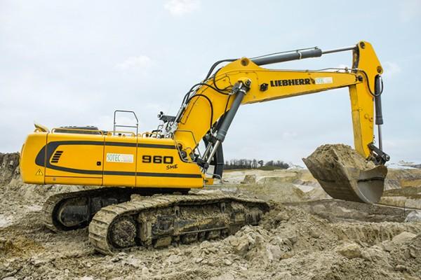 La R 960 Liebherr en pleine action de démolition